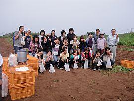 本多さんのジャガイモ畑で収穫体験